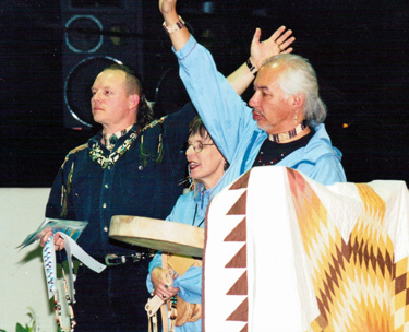 Suuqiina and Qaumaniq praying with Jonathan Maracle